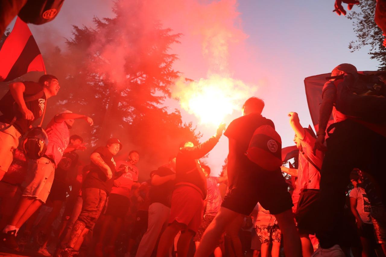 Los hinchas encendieron fuegos artificiales en la Plaza de Armas