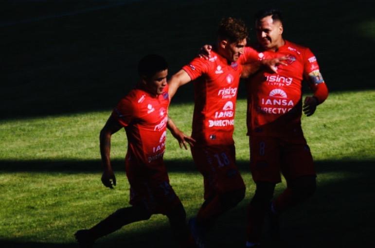 Mathías Pinto celebra emocionado el primer gol evocando a su hermano.
