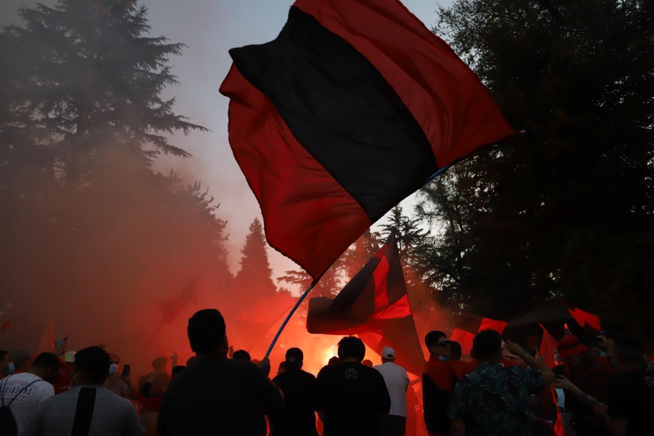 Enarbolando banderas rojas la fiesta se desató