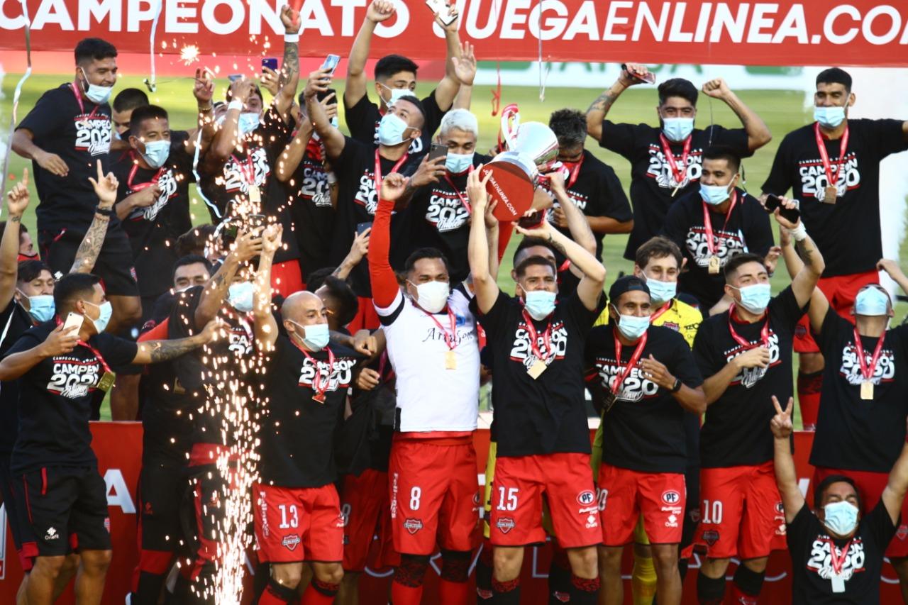 Momento histórico. Ñublense levanta la copa de campeón de la Primera B 2020.