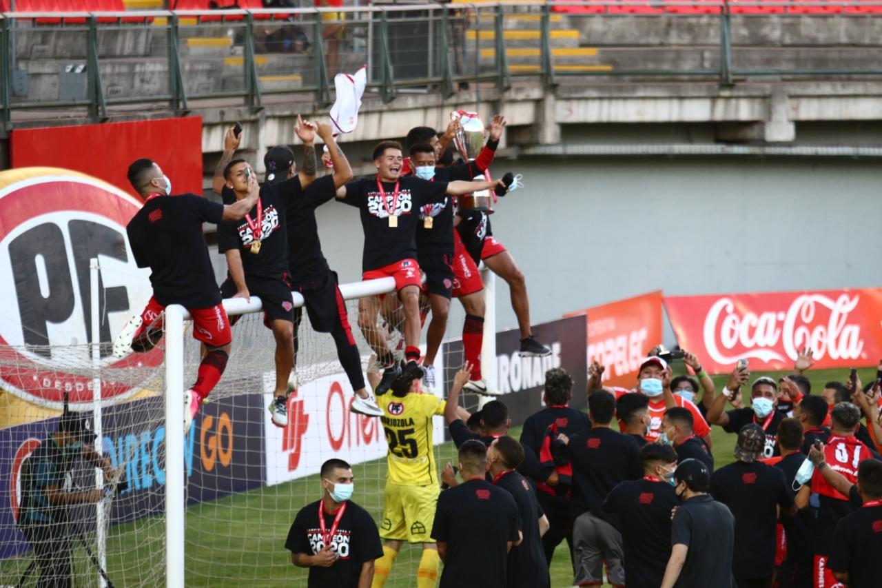 Los jugadores de Ñublense se colgaron del arco norte y dieron rienda suelta al festejo con la copa.